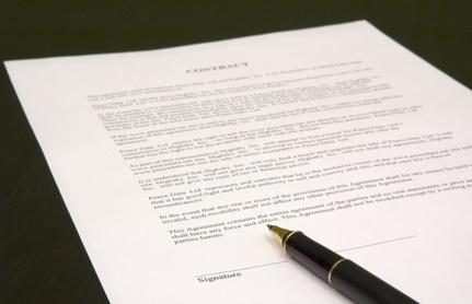 Le contrat stipule, la loi dispose : comment bien utiliser les verbes stipuler et disposer